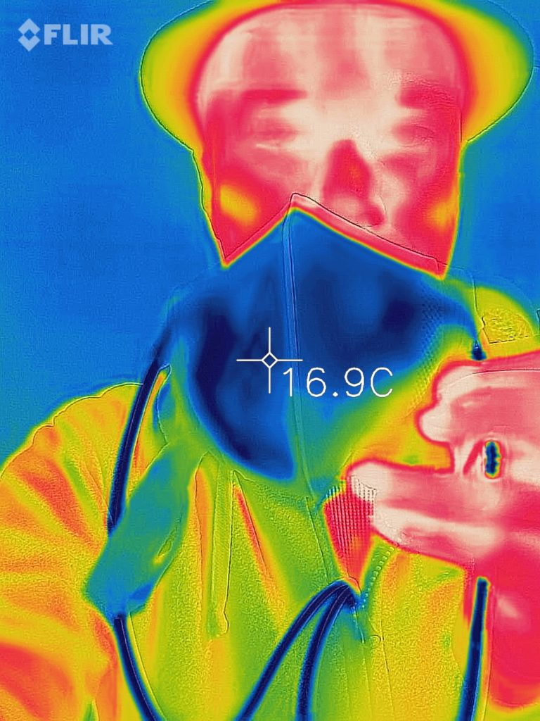 明らかに冷えているマスクのサーモグラフィ画像