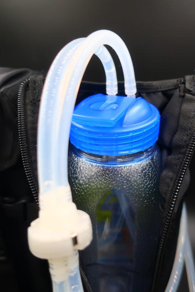 使用方法は、チューブ2本を図のように接続し、臨機応変にボトルを広口用に交換できる。ただし、クイックチェンジャーは非対応です。